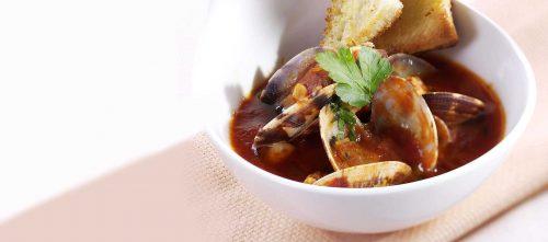 Muslingesuppe med pighaj og rød sauce