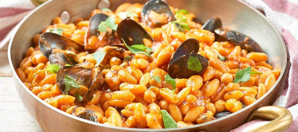 Gnocchetti sardi med blåmuslinger, kikærter, tomat og mynte