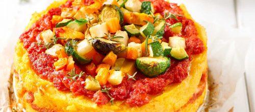 Polentagratin med grøntsagssauce, ost og tomat