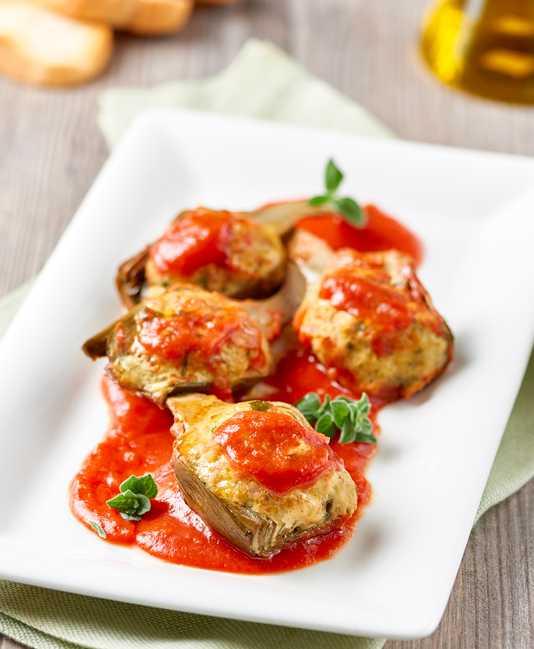 Fyldte artiskokker med tomatsauce