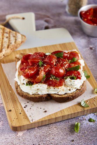 Toast med Mutti cherrytomater og flødeost