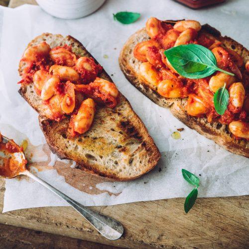 Toast med hvide bønner i tomatsauce
