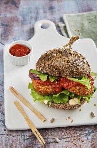 Falafelburgere med salat, stærk tomatsauce (med Mutti Passata) og citrontahin
