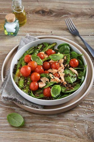 Salat med laks, cherrytomater, sorte linser og asparges