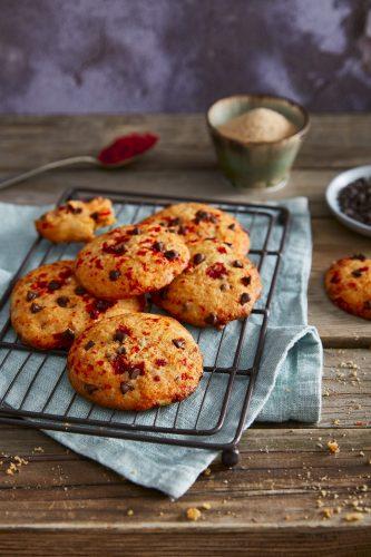 Chokoladechips-småkager med sauce af tomat/stærk peberfrugt