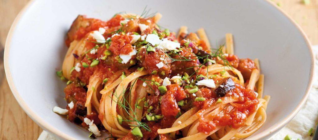 Linguine-pasta med tomat, aubergine og pistasjnøtter