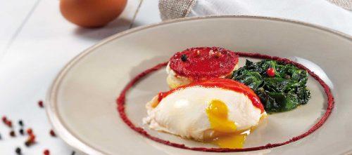 Posjert egg, brødkrutonger og spinat