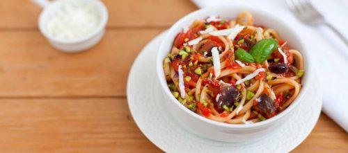 Linguine med tomat, aubergine og pistasjnøtter