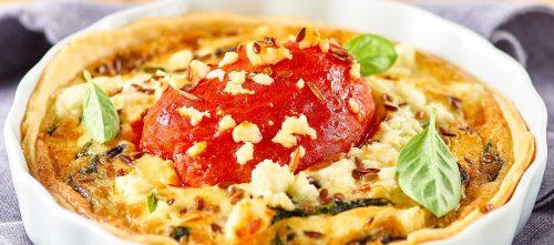 Skrelte tomater i quiche med fetaost og spinat