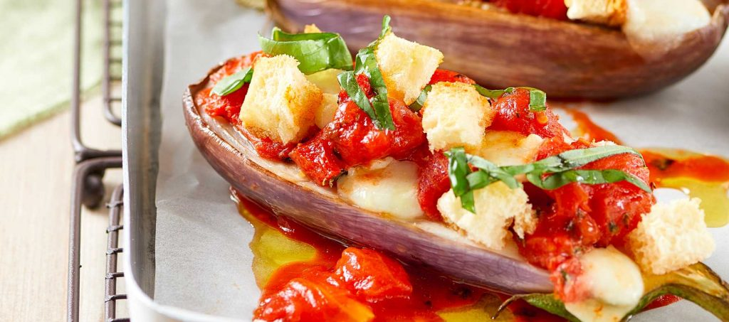 Auberginebåter med tomat og sprøtt brød