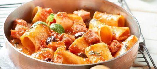 Mezzi paccheri med tunfisk, finhakkede tomater og svarte oliven