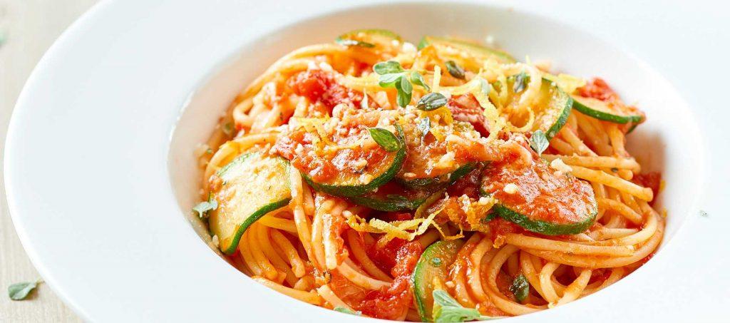 Squash pasta med tomat, sitron og merian