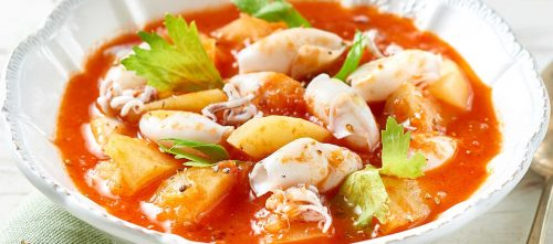 Suppe med potet, finhakkede tomater, små blekksprut og hvitløkkrutonger