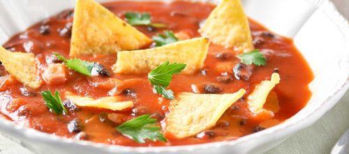 Suppe av svarte bønner med passerte tomater og maischips