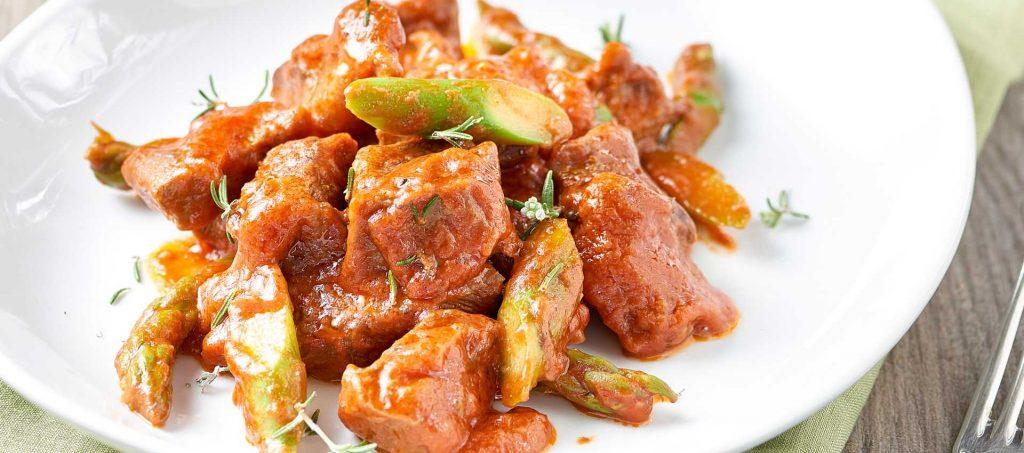 Gryte med oksekjøtt, tomat og asparges