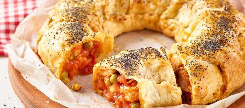 Salt bakverk med kylling, erter og tomat