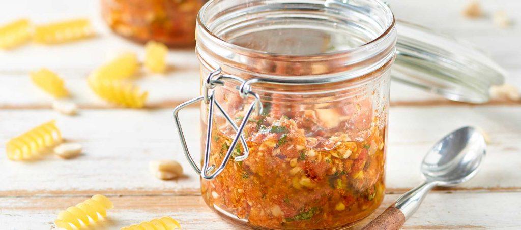 Pesto med mandler, basilikum og dobbel tomatkonsentrat.