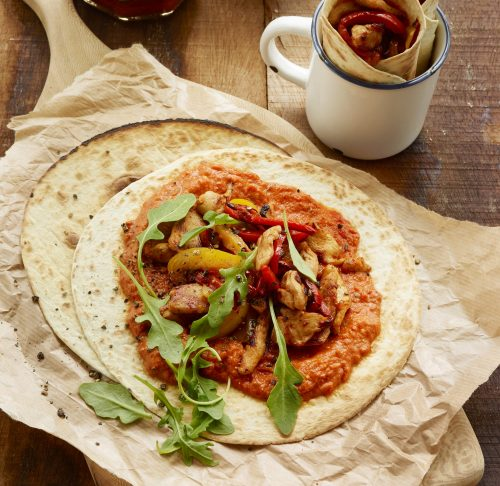 Kyllingfajitas med tomatsaus med basilikum, crème fraîche, rucola og sprø paprika