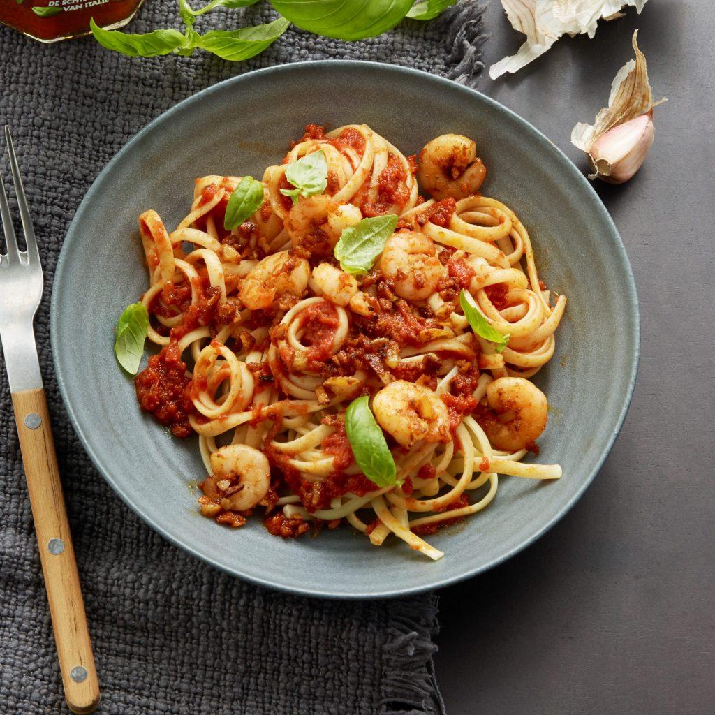 Linguine, tomatsaus med basilikum, reker, fersk basilikum og chilipepper av typen Piment d'Espelette