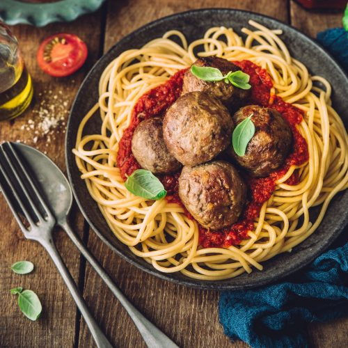 Kjøttboller med tomat- og basilikumsaus