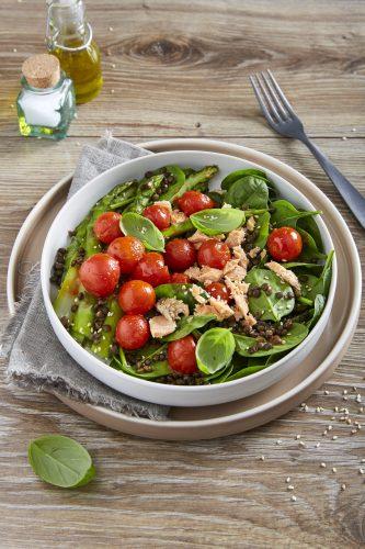 Salat med laks, cherrytomater, svarte linser og asparges