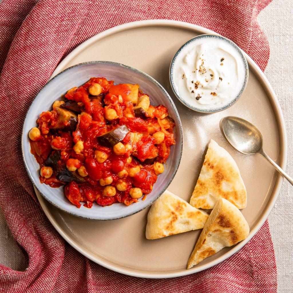 Pitabrød med krydret aubergine og tomat