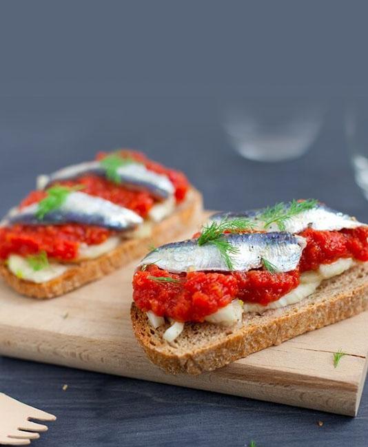 Bruschetta med marinerade sardiner, finkrossade tomater och fänkål
