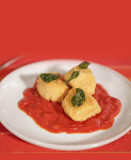 Stora kycklingtärningar milanese med tomatsås