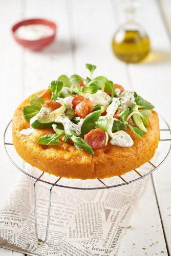 Ångkokad röd focaccia med grönsaker och mozzarella