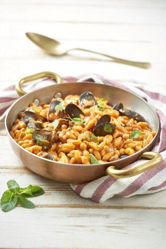 Gnocchetti sardi-pasta på risottovis med musslor, kikärtor, tomat och mynta