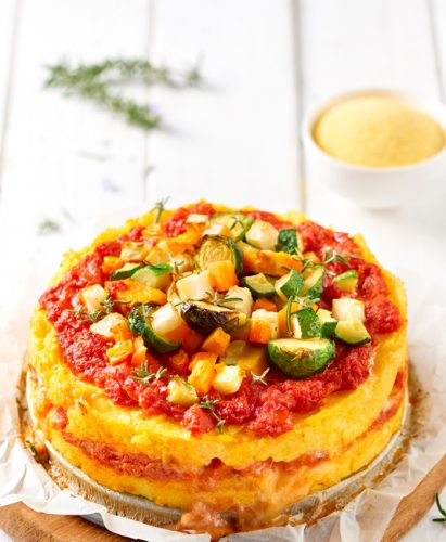 Polentagratäng med grönsaker, ost och tomat