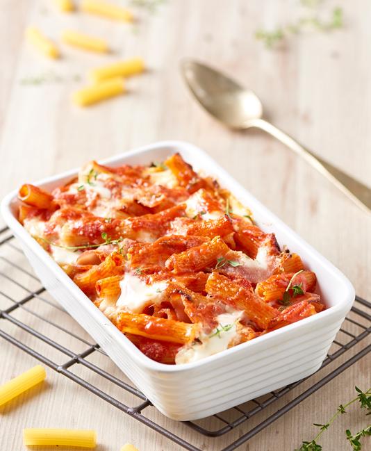 Gratinerade små makaroner med tomat, kokt skinka och mozzarella