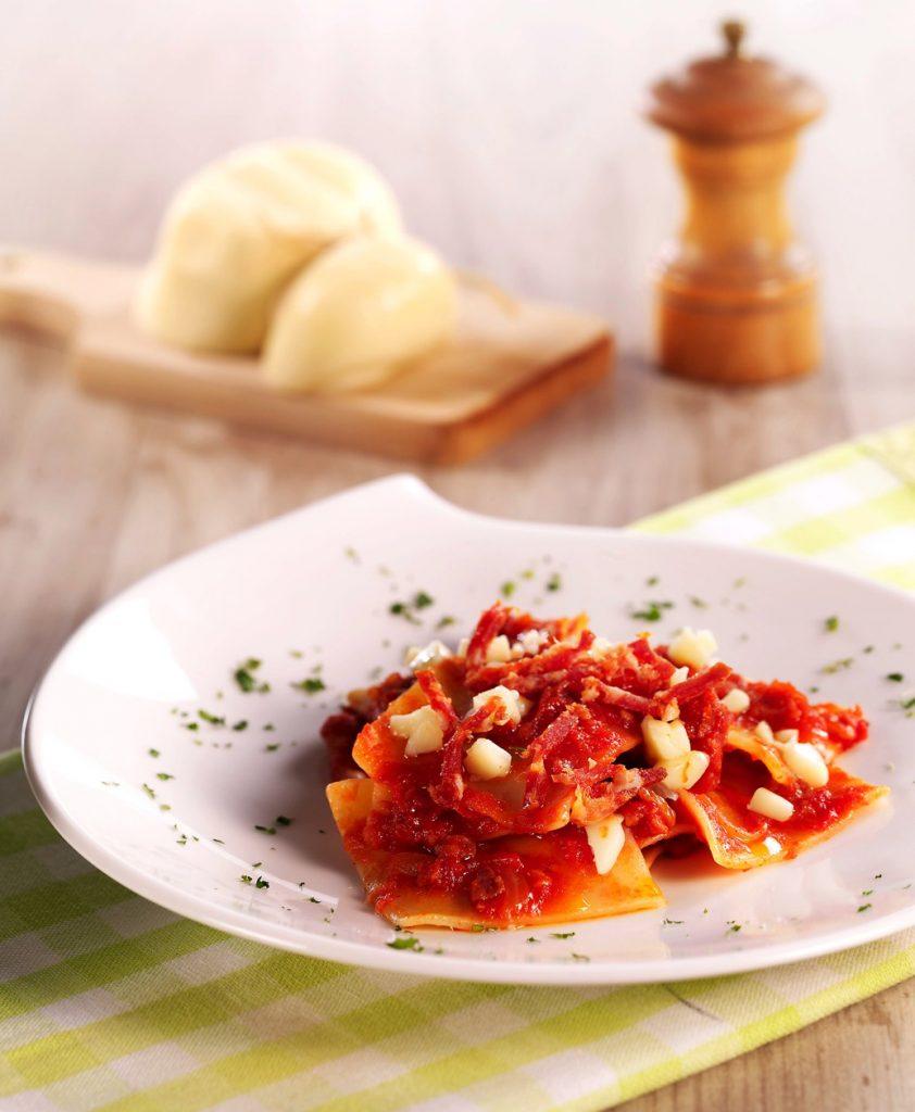 Maltagliatipasta med kryddig salami och tärnad Scamorza-ost (rökt ost)