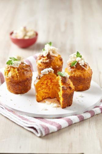 Muffins med tomatsås, karamelliserad lök och fetaost