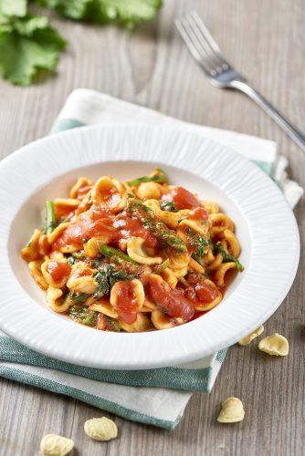 Orecchiettepasta med tomat, 'nduja och kålrotsblast