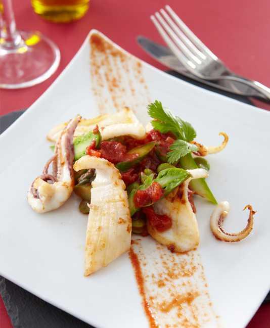 Halstrade Calamari med bondbönor, grön sparris och tomat samt koriander