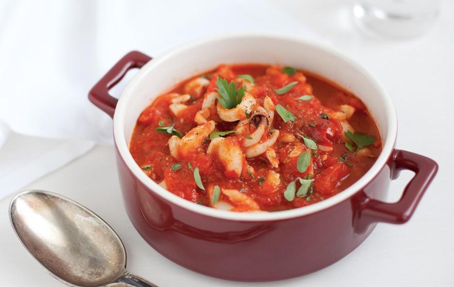 Sepiebläckfisk med tomat och färska örter