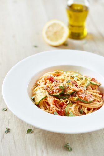 Spaghetti à la chitarra med tomat, zucchini, citron och mejram