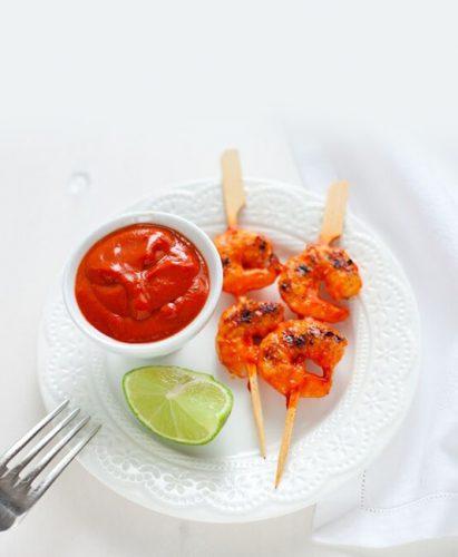 Räkspett med sås av trippelkoncentrerad tomatpuré, lime och paprikapulver