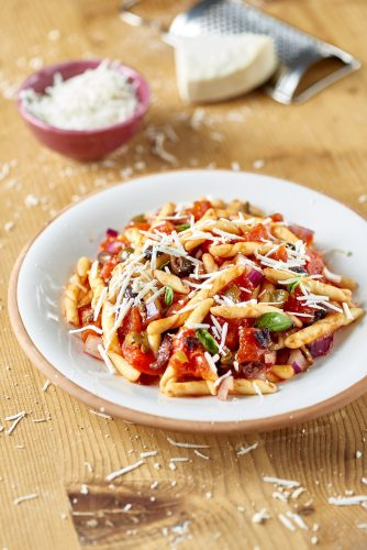 Strozzapreti-pasta med lagrad salt ricotta och marinerad Pelato