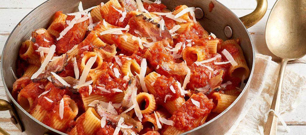 Rigatoni all'amatriciana (sidfläsks- och tomatsås)