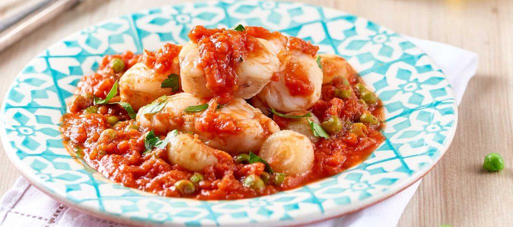 Fisknuggets, borettanelökar, ärtor och finkrossade tomater