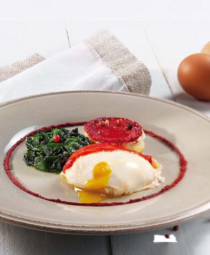 Pocherade ägg, brödcrostini och spenat