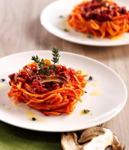 5 skäl att gå ut i skogen och skörda din egen mat – kombinera de här två ingredienserna till en läcker pastarätt i säsong
