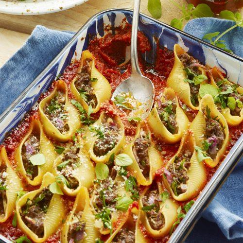 Fyllda pastasnäckor med nötfärs och tomatsås med chilipeppar