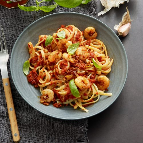 Linguine, tomatsås med basilika, räkor, färsk basilika och chilipeppar av sorten Piment d'Espelette