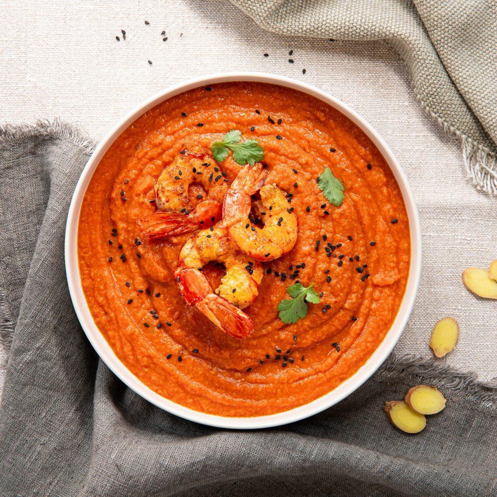 Krämig tomatsoppa med ingefära och räkor