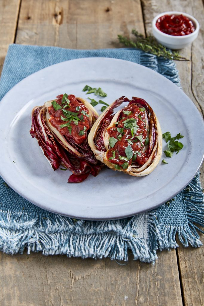 Grillad radicchio med tomat och vit balsamvinäger