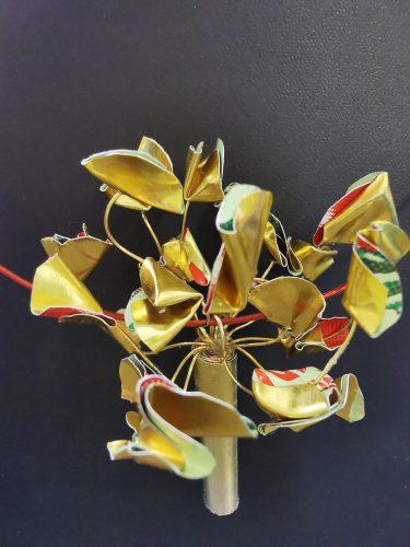 Kan man tro att de här smyckena är tillverkade av Muttiförpackningar? Begåvade ungdomar gör konst av återvunna material