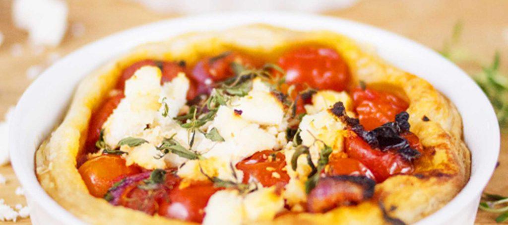 Pastete mit Tomaten und roten Zwiebeln